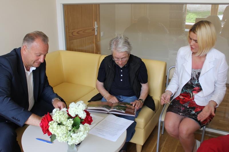"""Savivaldybės meras V. Komskis padovanojo knygą """"Pažink Mažąją Lietuvą. Pagėgių kraštas""""."""