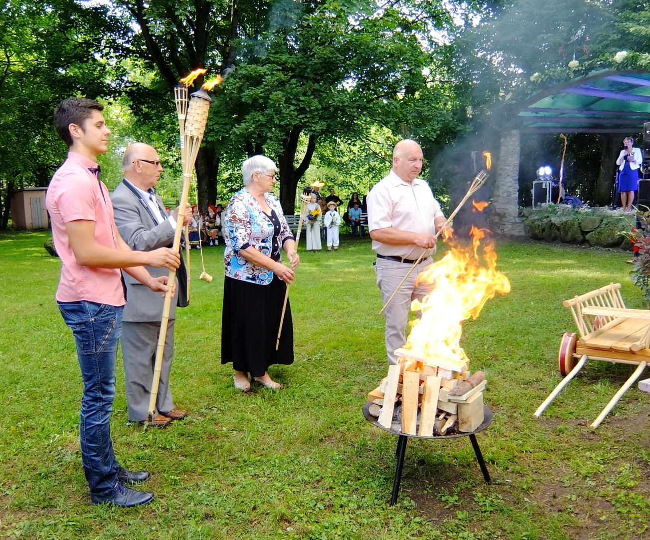 Kadangi šie metai – Bendruomenių metai, simbolinį laužą atneštais deglais užkūrė bendruomenių atstovai.