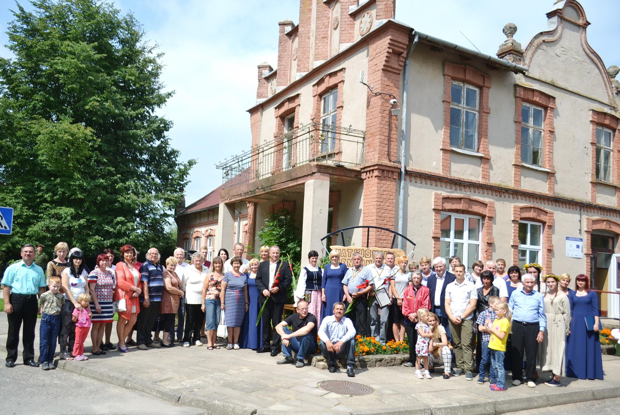 Bendra susirinkusiųjų nuotrauka minint Natkiškių seniūnijos 15-metį.