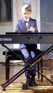 """""""Muzikinės verdenės"""" koncertą pradėjo Šilutės meno mokyklos auklėtinis Pijus Pirogovas (mok. Liudmila Kašėtienė)."""