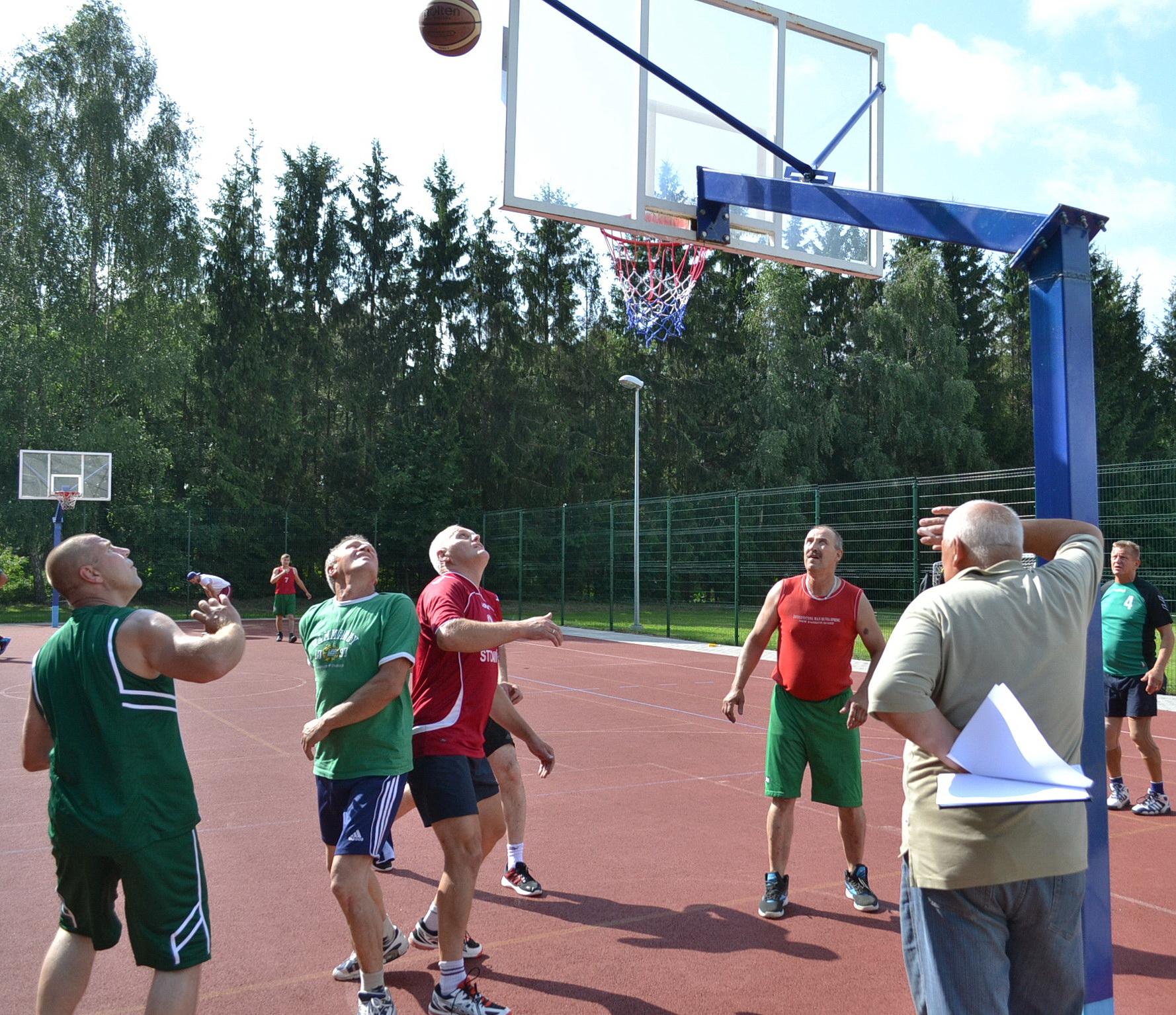 Krepšinio aikštelėje prakaitą lieja Stoniškių ir Natkiškių vyresnieji krepšinio entuziastai. Geriau sekėsi pastariesiems.