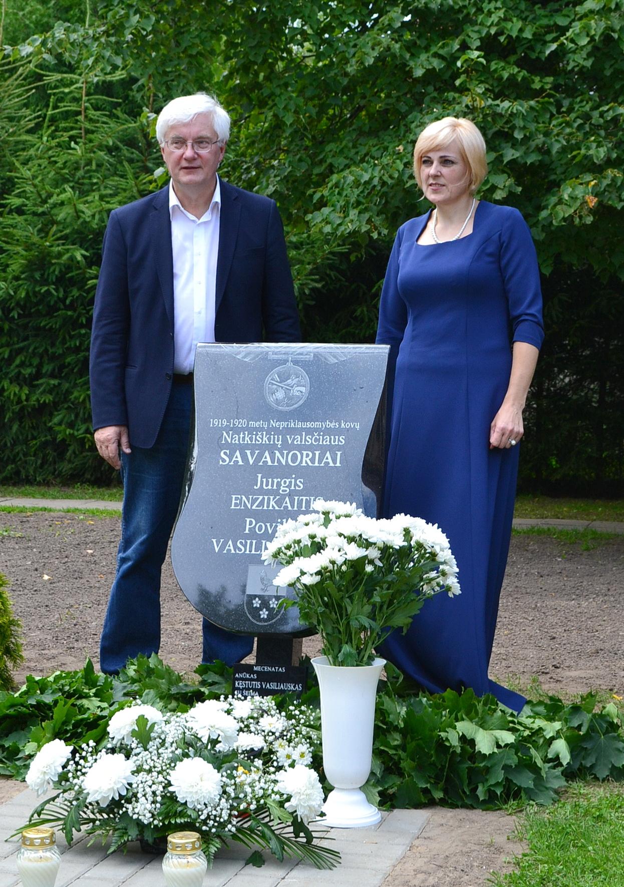 Prie paminklo – idėjos autorius Vilius Kavaliauskas ir seniūnė Vilyta Sirtautienė.