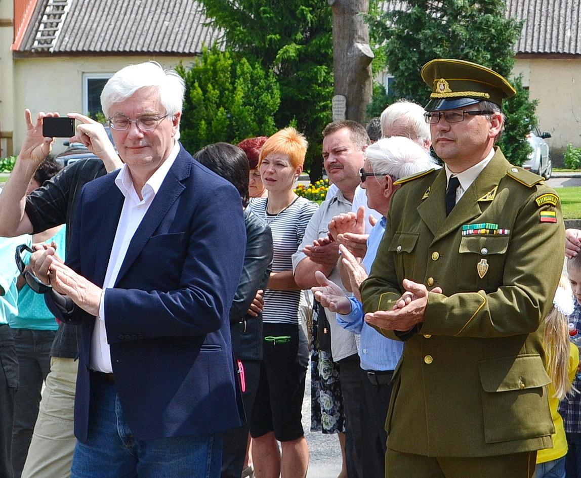 Atidengiant paminklą dalyvavo ir kalbėjo daugybę medžiagos apie Lietuvos Nepriklausomybės kovų savanorius surinkęs vilnietis Vilius Kavaliauskas (kairėje) ir Šilutės šaulių kuopos vadas Donatas Jaunius.