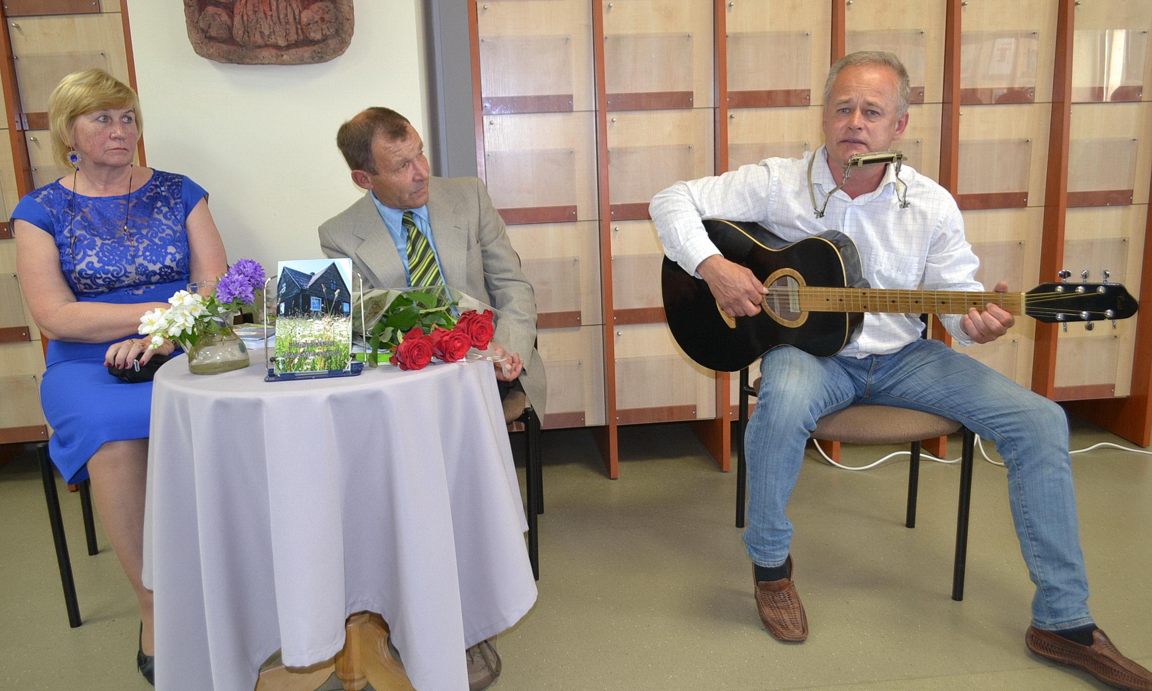 Audriaus draugas Darius Leveckis padainavo dvi dainas pritardamas sau gitara ir lūpine armonikėle.