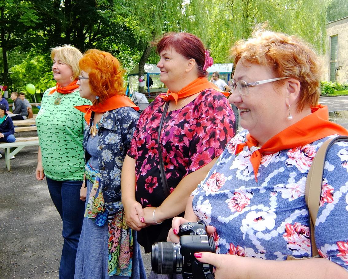Juknaičių bendruomenės pirmininkė Laima Barkauskienė ir kitos juknaitiškės ryšėjo vienodas kaklaskares.