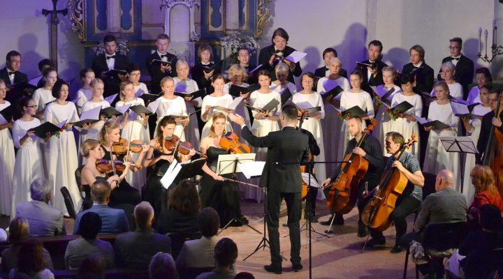 """Pirmasis festivalio koncertas baigėsi bendru choro INTIS, kamerinio orkestro NIKO ir violončelininko Vytautas Sondeckio atliekamu Peterio Vasks kūriniu """"Dona Nobis Pacem"""", dirigavo Gediminas Gelgotas."""