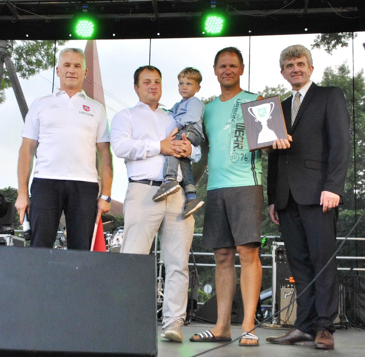 Sporto varžybų laurai – Pagėgių seniūnui Dainiui Maciukevičiui (antras iš dešinės).