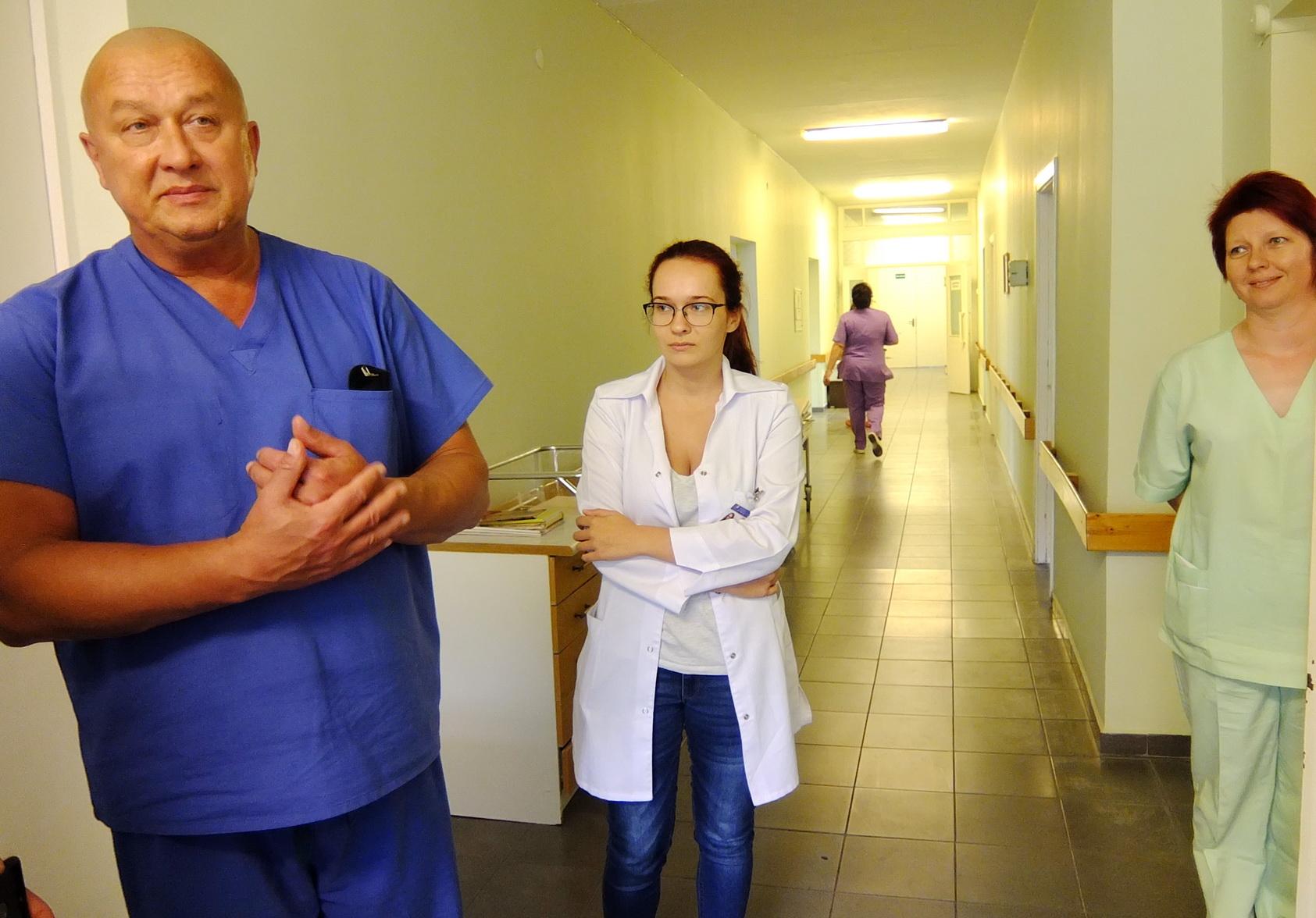 Būsimoji medikė Greta Undžytė (centre) dėmesingai klausosi Akušerijos ir ginekologijos skyriaus vedėjo Arvydo Savulionio ir kitų skyriaus medikų patarimų.