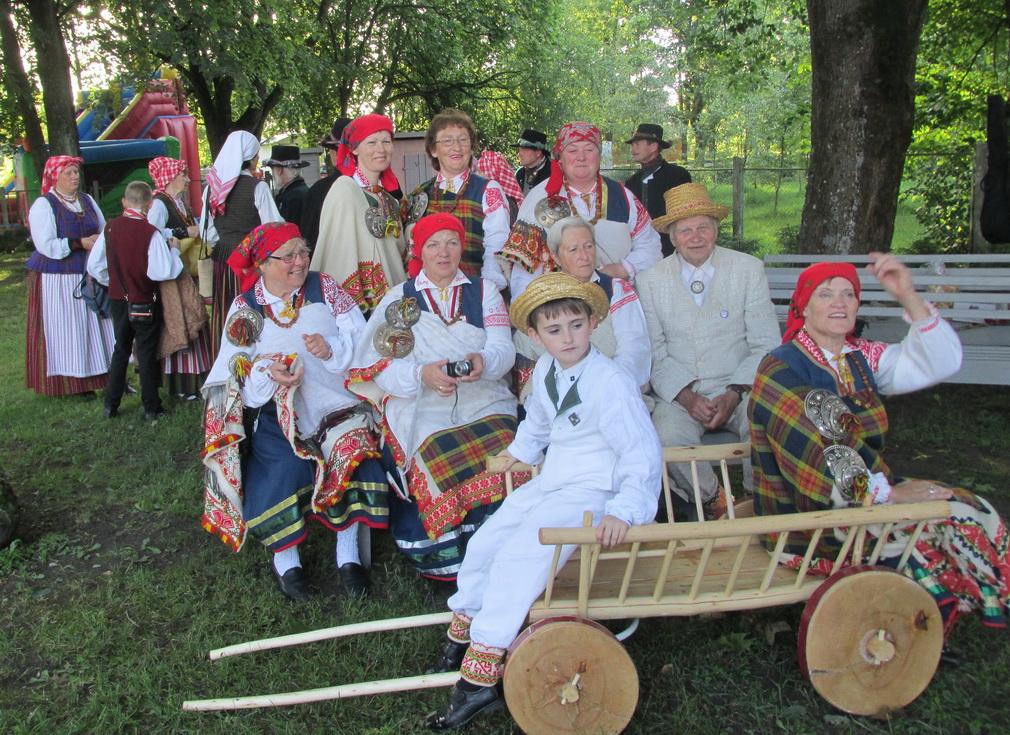 Latvijos folkloro kolektyvas dovanų gavo medinį vežimaitį.