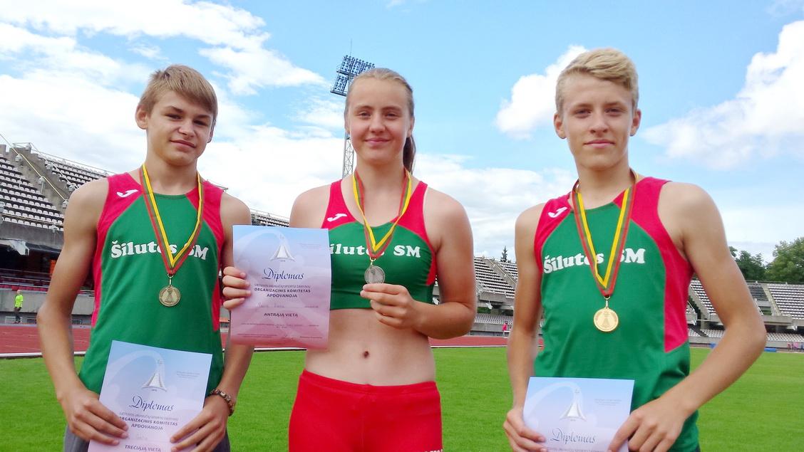 Lietuvos jaunučių sporto žaidynių lengvosios atletikos medalininkai šilutiškiai (iš kairės): Osvaldas Guščius – trišuolis, trečia vieta, Jurgita Rudytė – rutulys, antra vieta, Justas Budrikas – 3000  ir 1500 m, pirma ir trečia vieta.