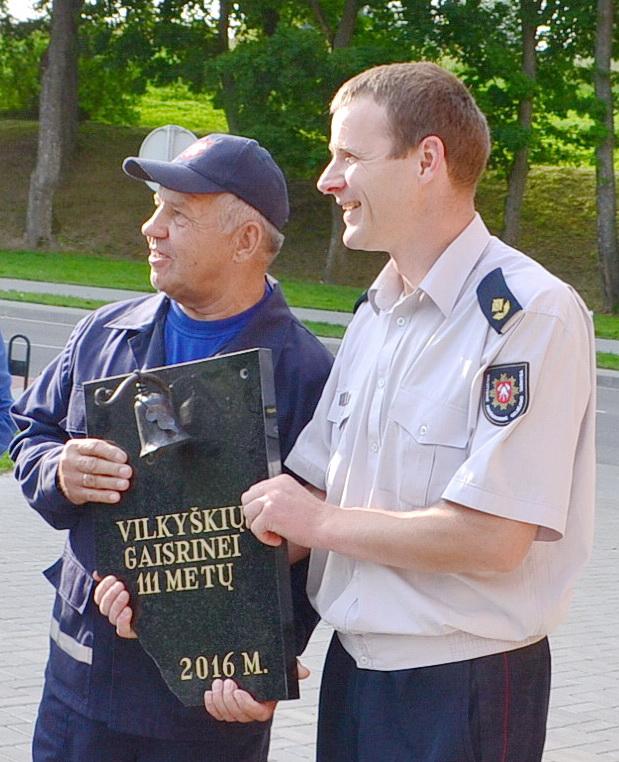 Pagėgių PGT viršininkas Alvydas Mikašauskas Vilkyškių ugniagesių komandos vadovui Kaziui Politai įteikė tokią dovaną.