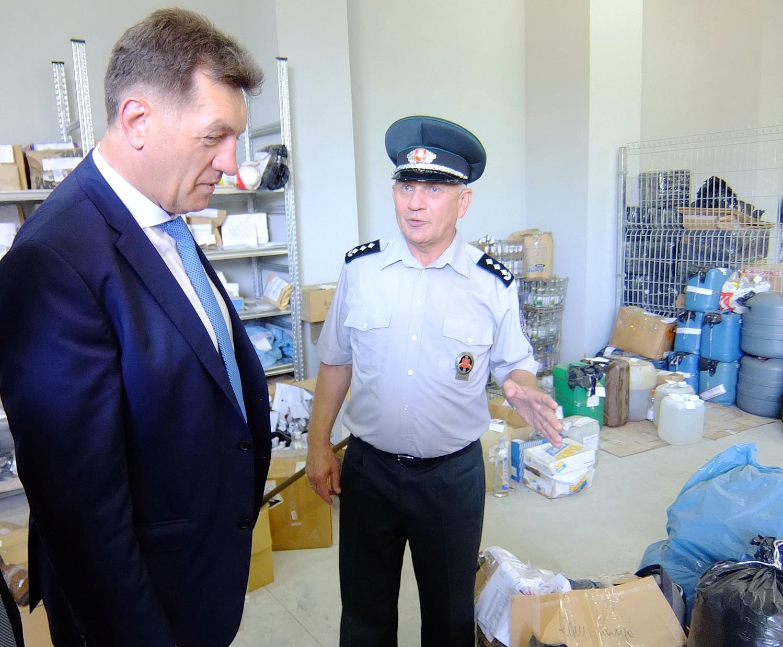 Pagėgių rinktinės vadas pulkininkas Rimantas Timinskis premjerui Algirdui Butkevičiui sandėlyje rodė konfiskuotas įvairias prekes, įrangą.