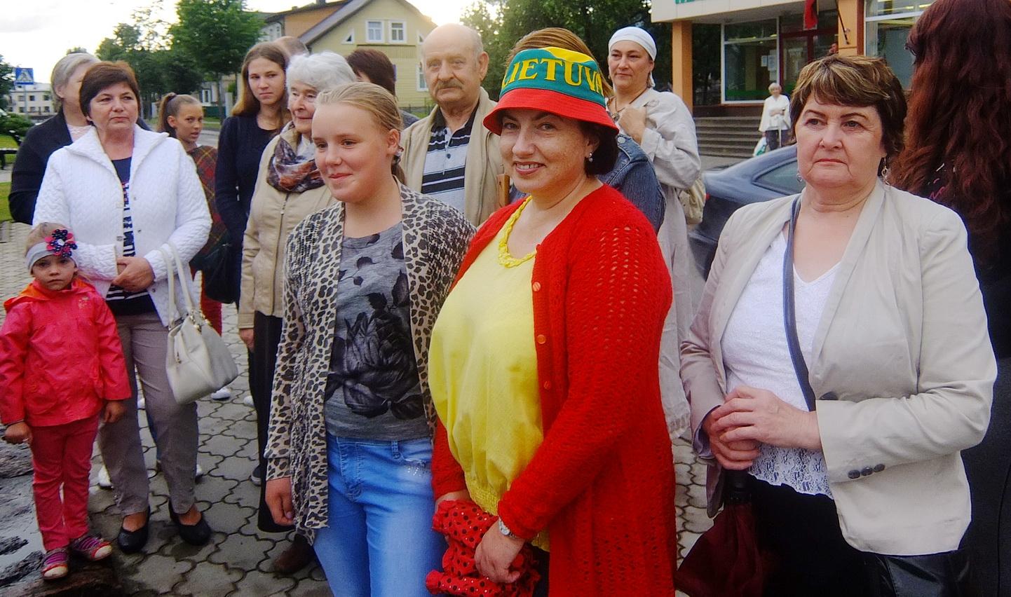 Verslininkė Laima Majuvienė  pasipuošė kepuraite su tautine simbolika.