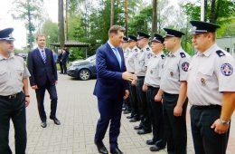 Premjeras Algirdas Butkevičius, atvykęs į VSAT Pagėgių rinktinę, kieme pasisveikino su visais išsirikiavusiais pareigūnais, kiekvienas iš jų atidavė pagarbą ir prisistatė.