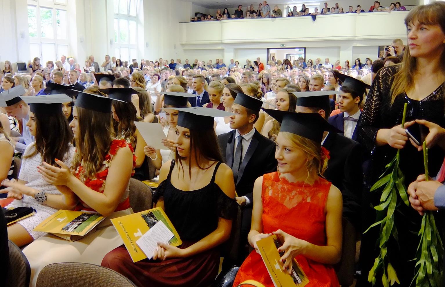 Praėjusį rugsėjį į Šilutės Vydūno gimnaziją susirinko 464 moksleiviai, šį mėnesį atsisveikinta su 113 abiturientų.