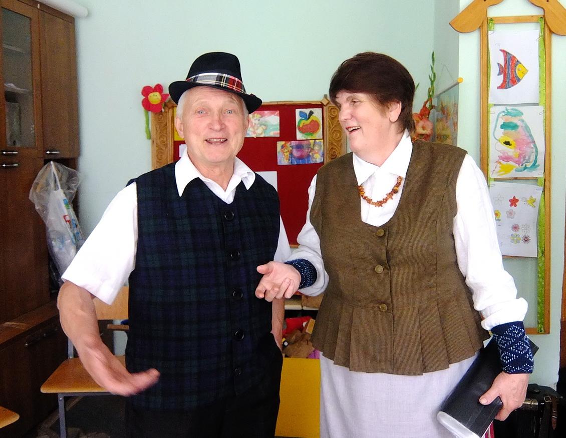 """Inkaklių kaimo """"Ašvelės"""" kapelos dainininkė Virginija Rukšnaitienė ir muzikantas Algirdas Pužas vien šią vasarą nenuilsdami su kitais inkakliškiais koncertavo daugelyje švenčių."""