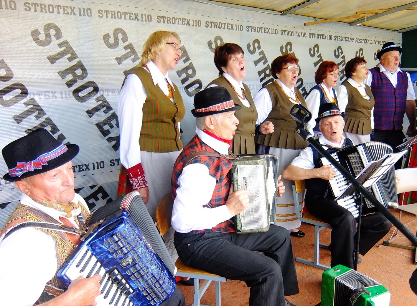 """Inkaklių kaimo kapela """"Ašvelė"""" su vadove Vidilija Aidukienę gerą valandą grojo ir dainavo, tad poros kilo nuo suolų ir smagiai sukosi valso ritmu."""