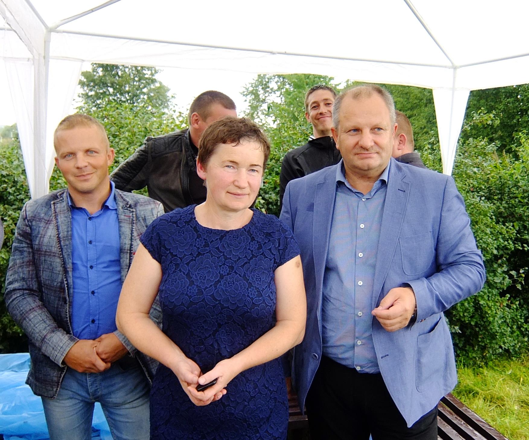 Seimo pirmininko pavaduotojas Kęstas Komskis (dešinėje), Degučių bendruomenės pirmininkė Irena Vismantienė ir Šilutės rajono savivaldybės tarybos narys Ričardas Stonkus.