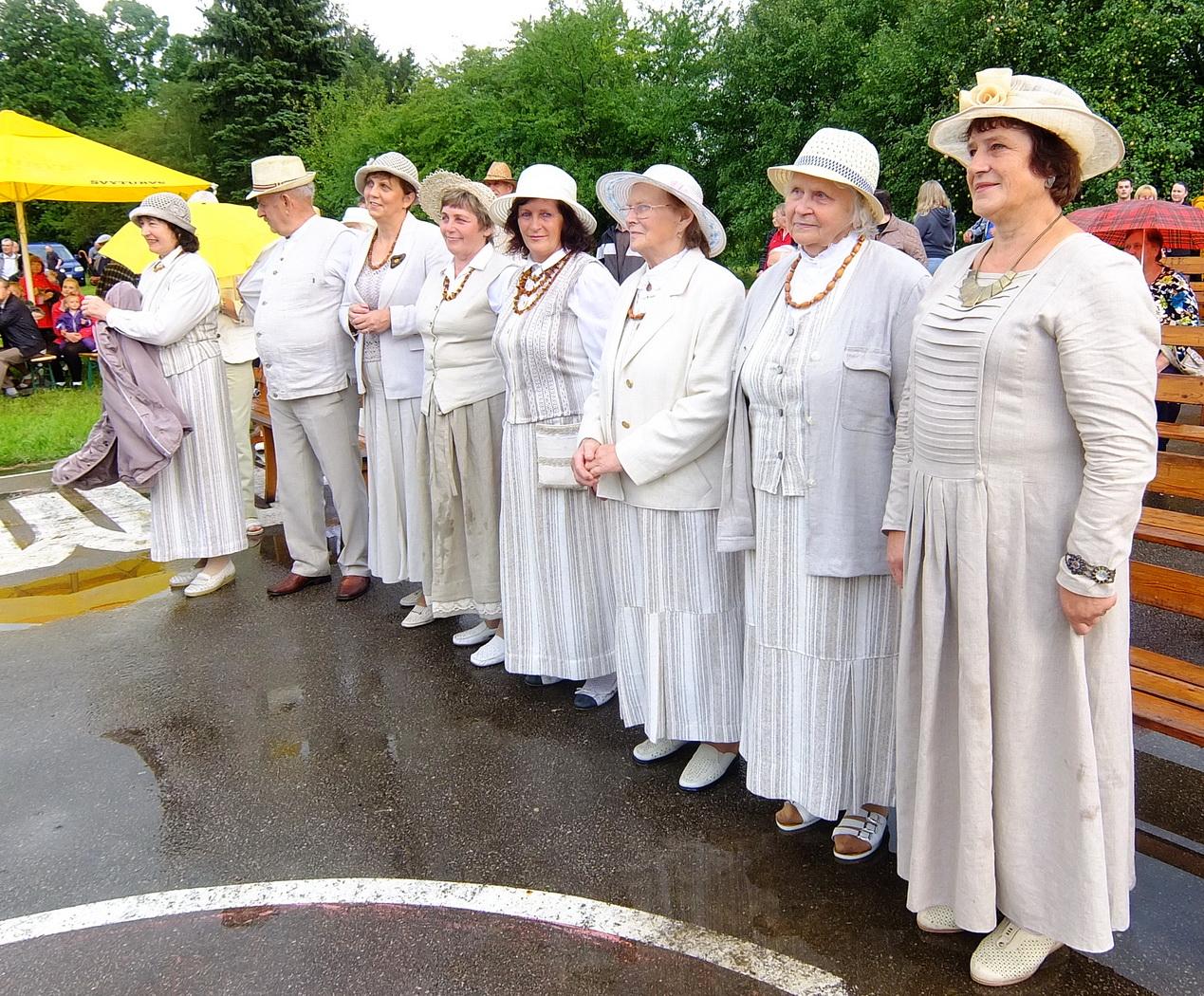 """Degučių kaimo folkloro ansamblis """"Pilutė"""" koncertuoti atvyko su baltais lino rūbais."""