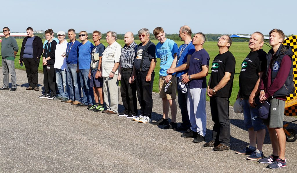 Radijo bangomis valdomų lėktuvų kopijų varžybų dalyviai ir teisėjai.