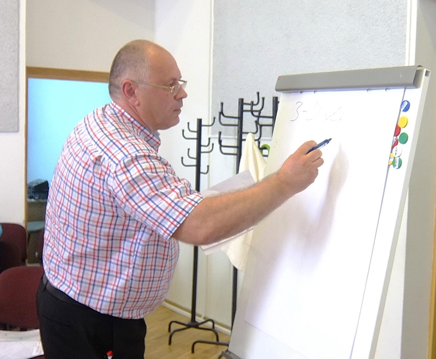 """UAB """"Energetikos objektų statyba"""" direktorius Audrius Endzinas siūlymą autobusų parką perkelti į Nemuno gatvę Savivaldybės tarybai pateikė raštu, žodžiu ir skaičiavimais lentoje."""