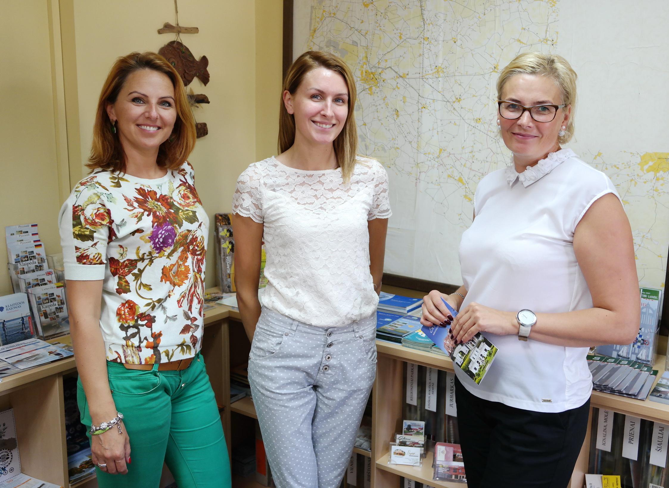 VšĮ Šilutės turizmo informacijos centro darbuotojos (iš kairės): turizmo informacijos specialistė Rasa Šeputytė, turizmo vadybininkė Viktorija Paičiūtė ir direktorė Rasa Kmitienė.