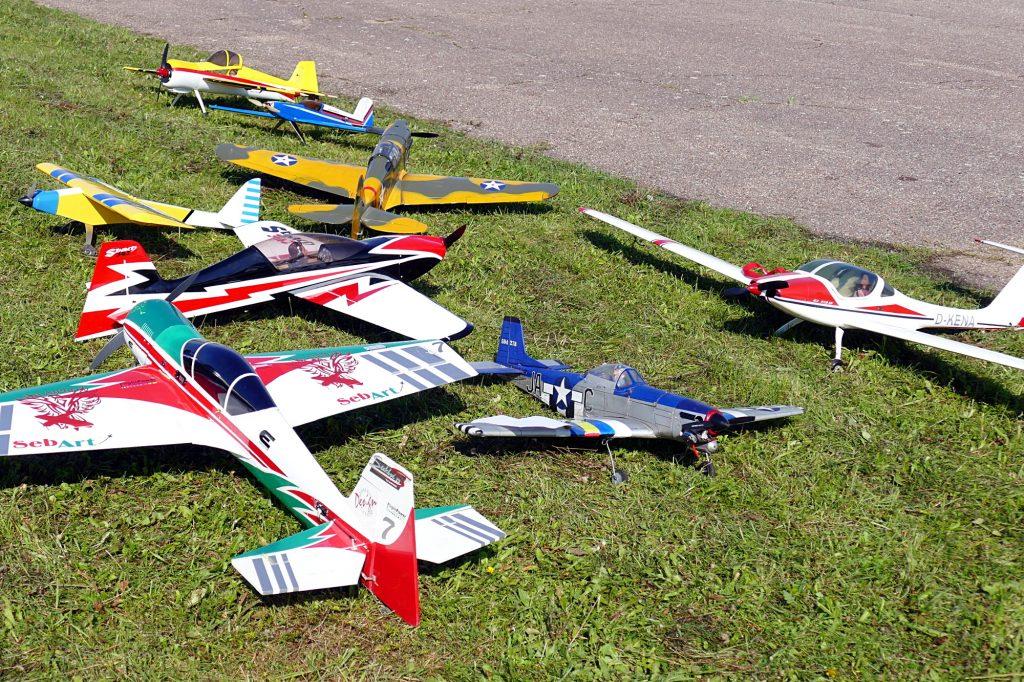 Žiūrovų akį traukė įvairiaspalvės tikrų lėktuvų kopijos.