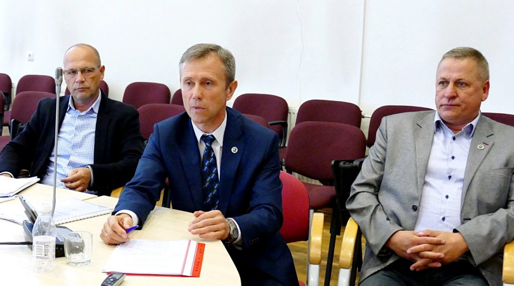 Po posėdžio surengtoje spaudos konferencijoje opozicijos atstovai bandė aiškinti nedalyvavimo balsavime motyvus.
