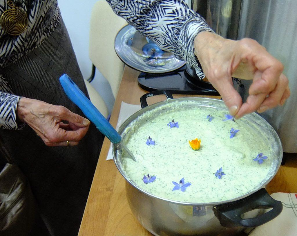 Bitėniškės šeimininkės kugelio padažą papuošė gėlių žiedeliais.
