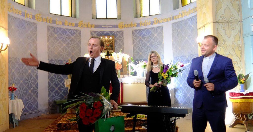 Giesmė iš širdies – Liudas Mikalauskas (iš kairės), Audronė Juozauskaitė ir kunigas Mindaugas Žilinskis.