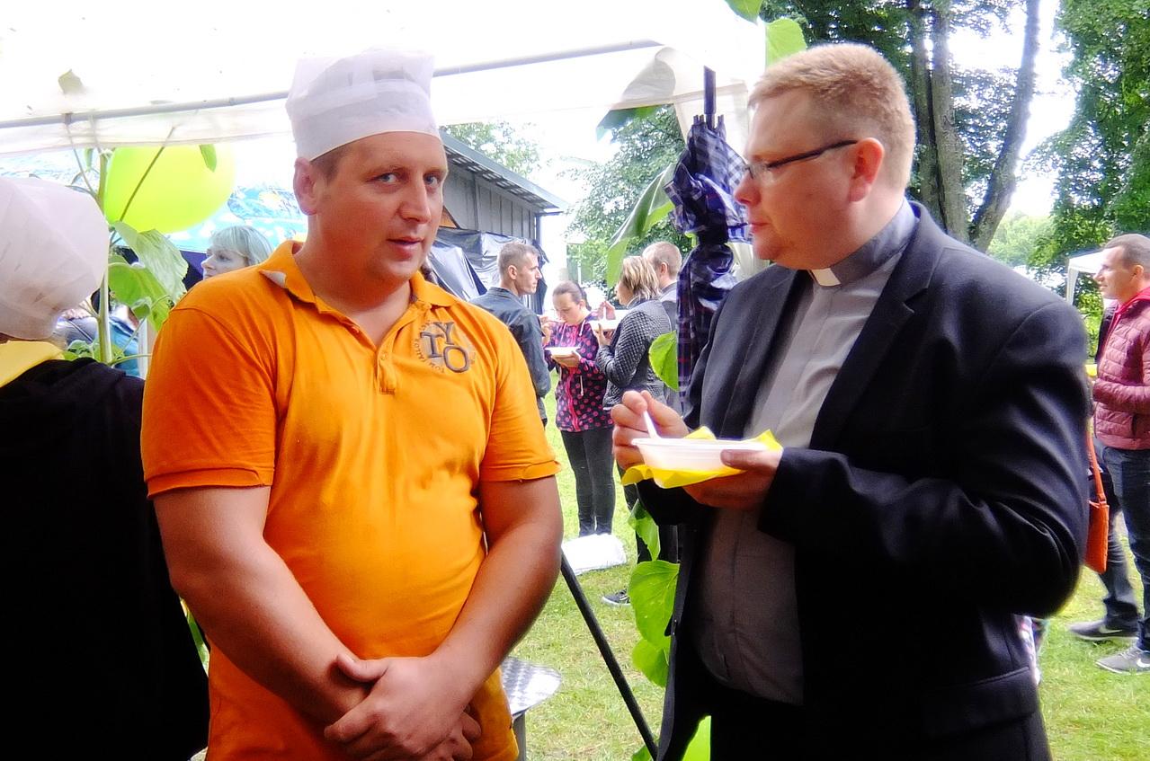 Į šventę atvykęs klebonas Kazys Žutautas (dešinėje) ne tik pasveikino tikinčiuosius, bet ir kartu su svečiais aplankė kiemelius, ragavo ir sriubų, ir košių, pabendravo su daugeliu žmonių.