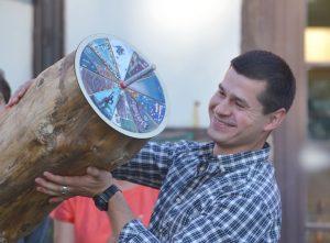 """Baltarusio Piotro Kuzmičiaus rankose – bendras 2016 m. kūrybinės stovyklos dalyvių kūrinys """"Žuvies pyragas""""."""