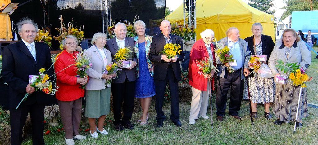 Pagerbti ir apdovanoti 80 metų jubiliejus atšventę senjorai nusifotografavo su seniūne Dalia Rudiene.