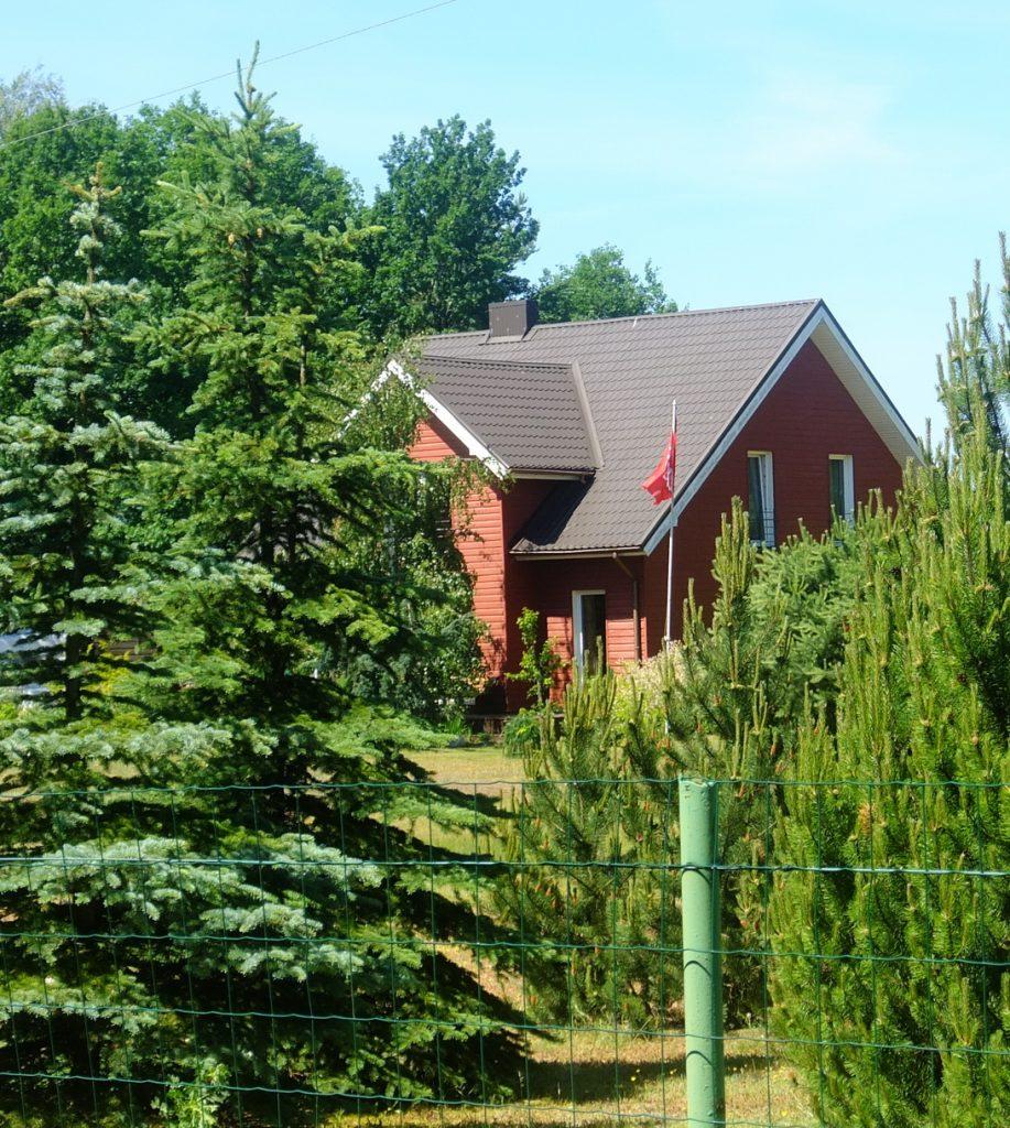 Marytės ir Stasio Oželių sodyboje ant specialaus stovo iškeliama Lietuvos trispalvė arba valstybės vėliava su Vyčio ženklu.