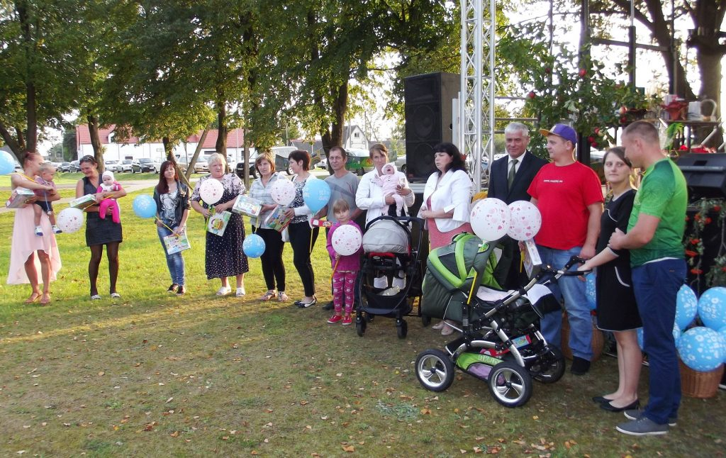 Stoniškių seniūnijos šeimos, kurios per metus sulaukė net 22 mažųjų bitučių ir bitinėlių, gavo dovanų.