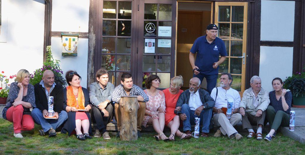 Keturioliktosios emalio kūrybinės stovyklos dalyviai iš JAV, Baltarusijos, Latvijos, Gruzijos, Lietuvos su renginio organizatoriais.