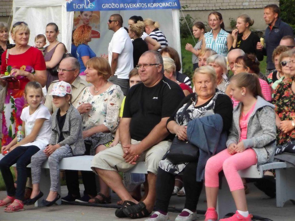 Artėjant vakarui, Stoniškių parkelyje žiūrovų buvo tiek daug, kad ne visi rado vietos atsisėsti, kai kas tiesė apklotus ant pievelės ir ten sėdosi su vaikais, draugais, artimaisiais.