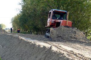 """Šyšos vasaros polderį rekonstruoja apie 20 UAB """"Šilutės polderiai"""" darbuotojų."""