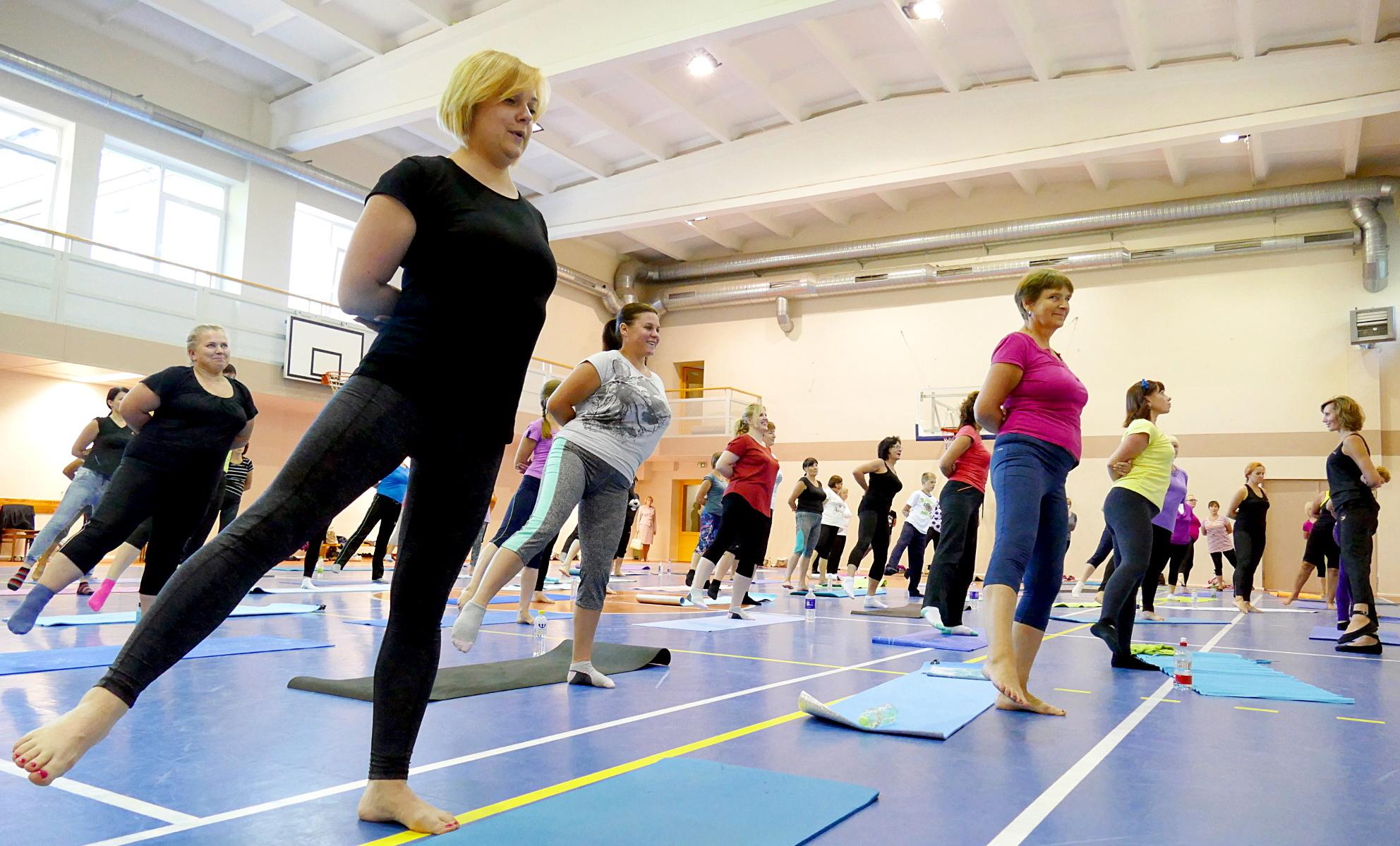Pasaulinės judėjimo savaitės renginiai Šilutės pirmosios gimnazijos sporto salėje – vyksta  kalanetikos užsiėmimas.