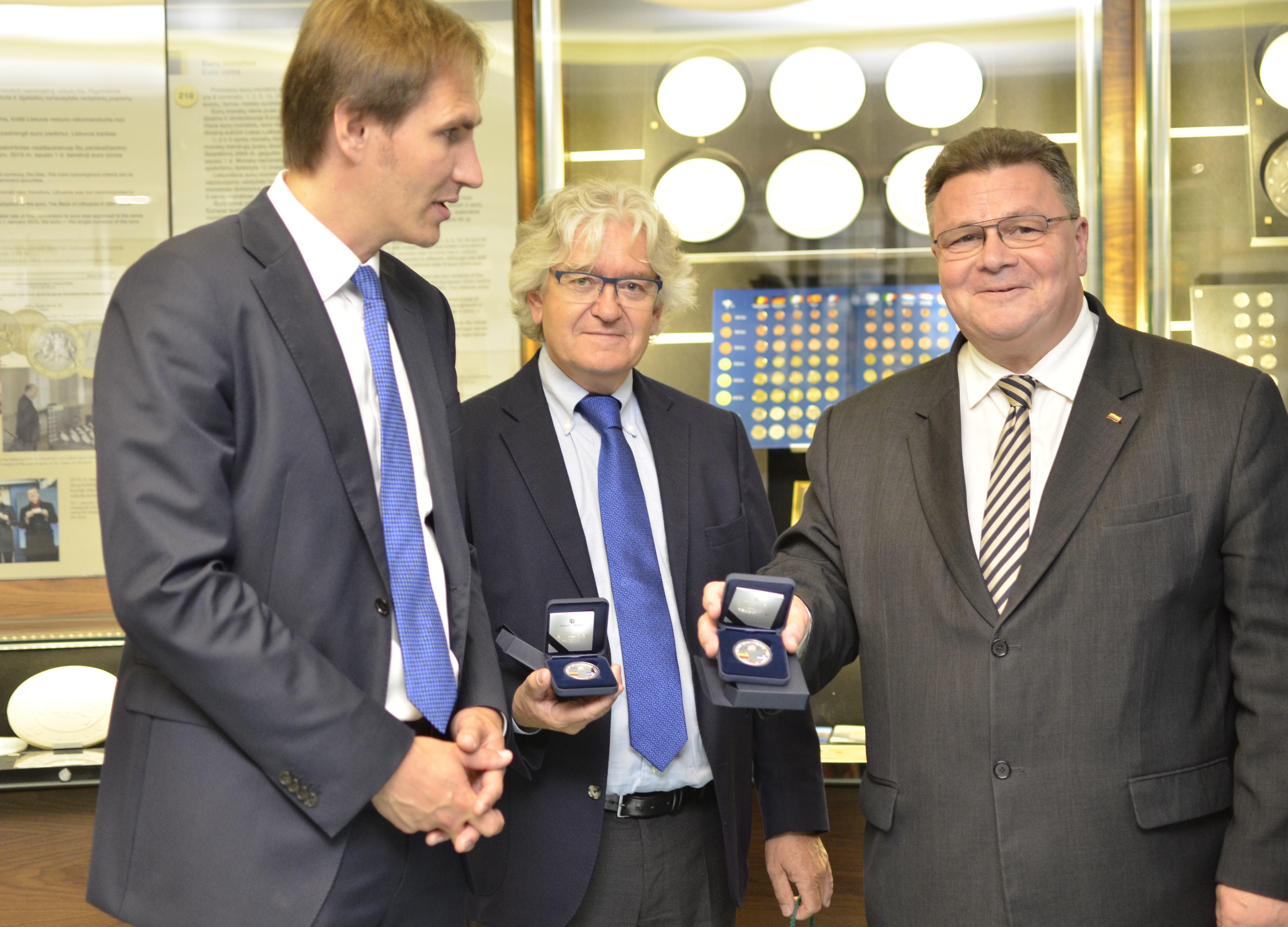 Nuotraukoje – L. Linkevičius su Danijos ambasadoriumi Danu E. Frederiksenu (viduryje) ir Lietuvos banko valdybos nariu Mariumi Jurgilu (pirmas iš kairės).