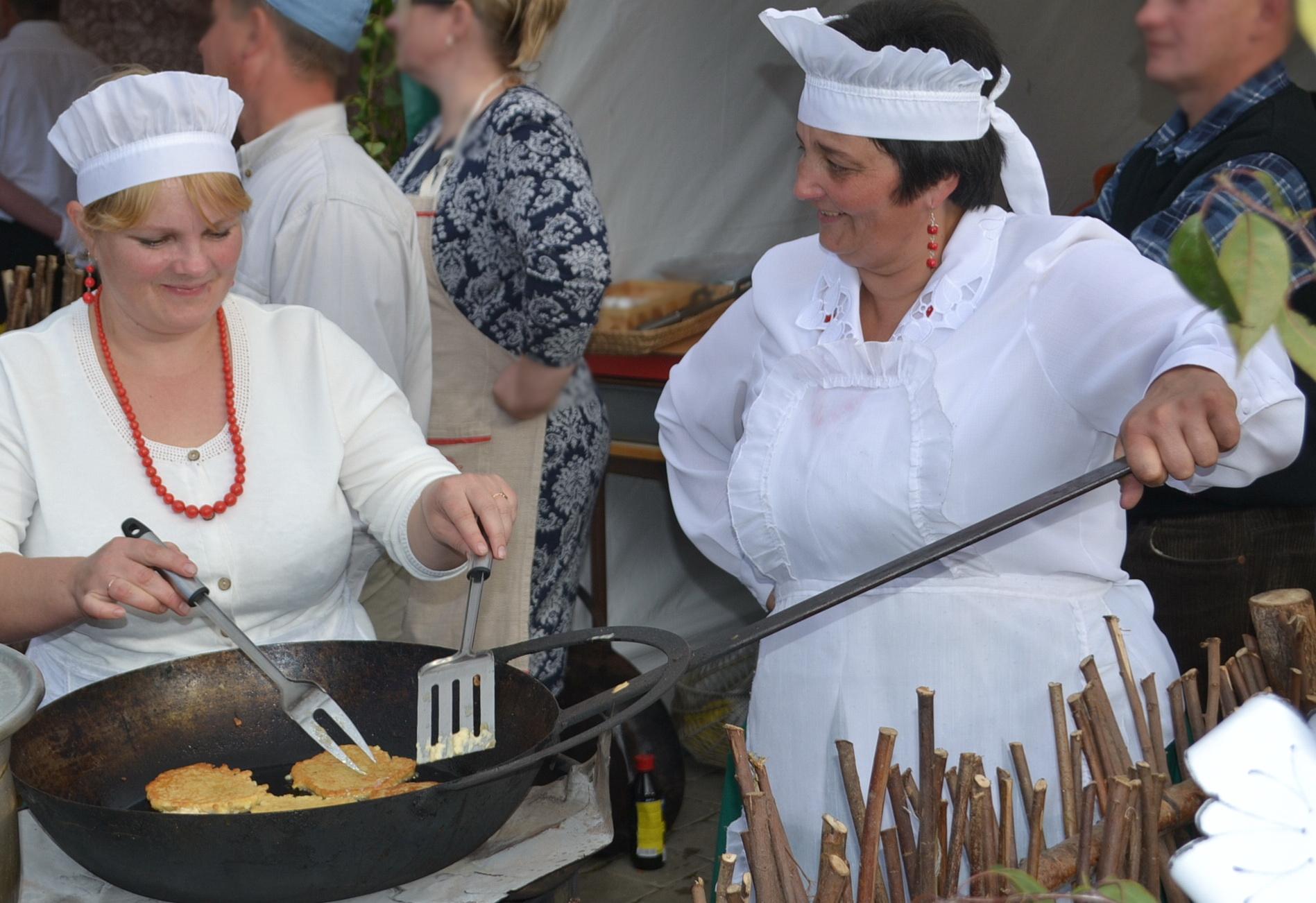 Natkiškietės kepė blynus su obuoliais, o Gaspadinė ir Gaspadorius vos spėjo svečiams girą pilstyti.