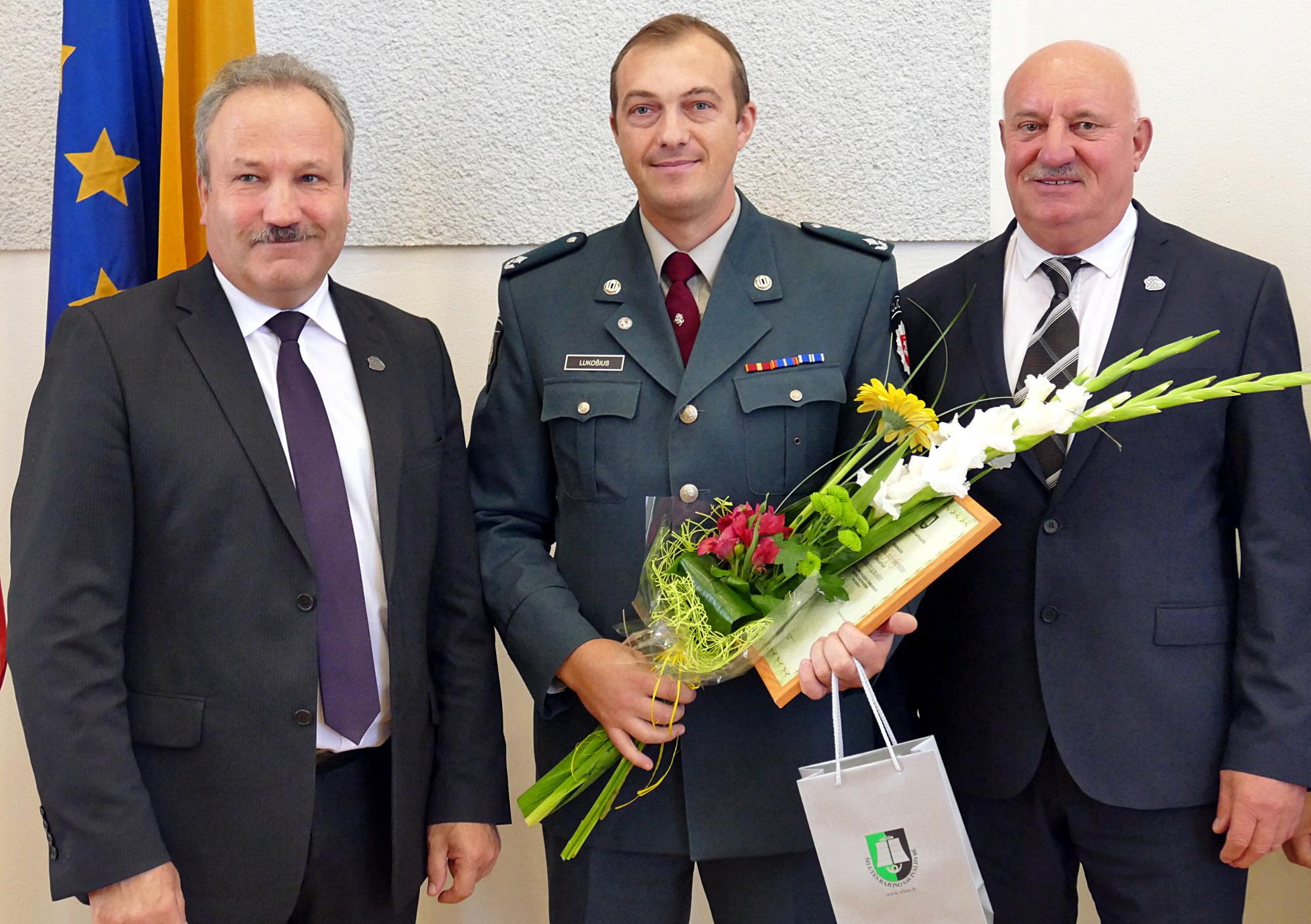 Iš kairės: meras Vytautas Laurinaitis, šiemet metų socialiniu partneriu išrinktas Šilutės r. policijos komisariato prevencijos poskyrio viršininkas Audrius Lukošius ir administracijos direktorius Sigitas Šeputis.