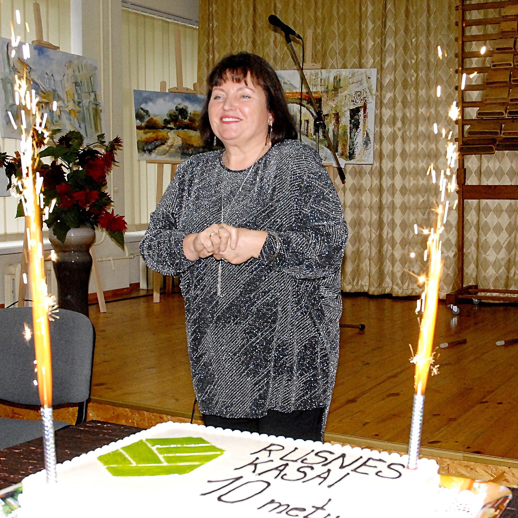 Šilutės kredito unijos Rusnės nuotolinės kasos kasininkė Audra Budginienė prie šventinio torto.