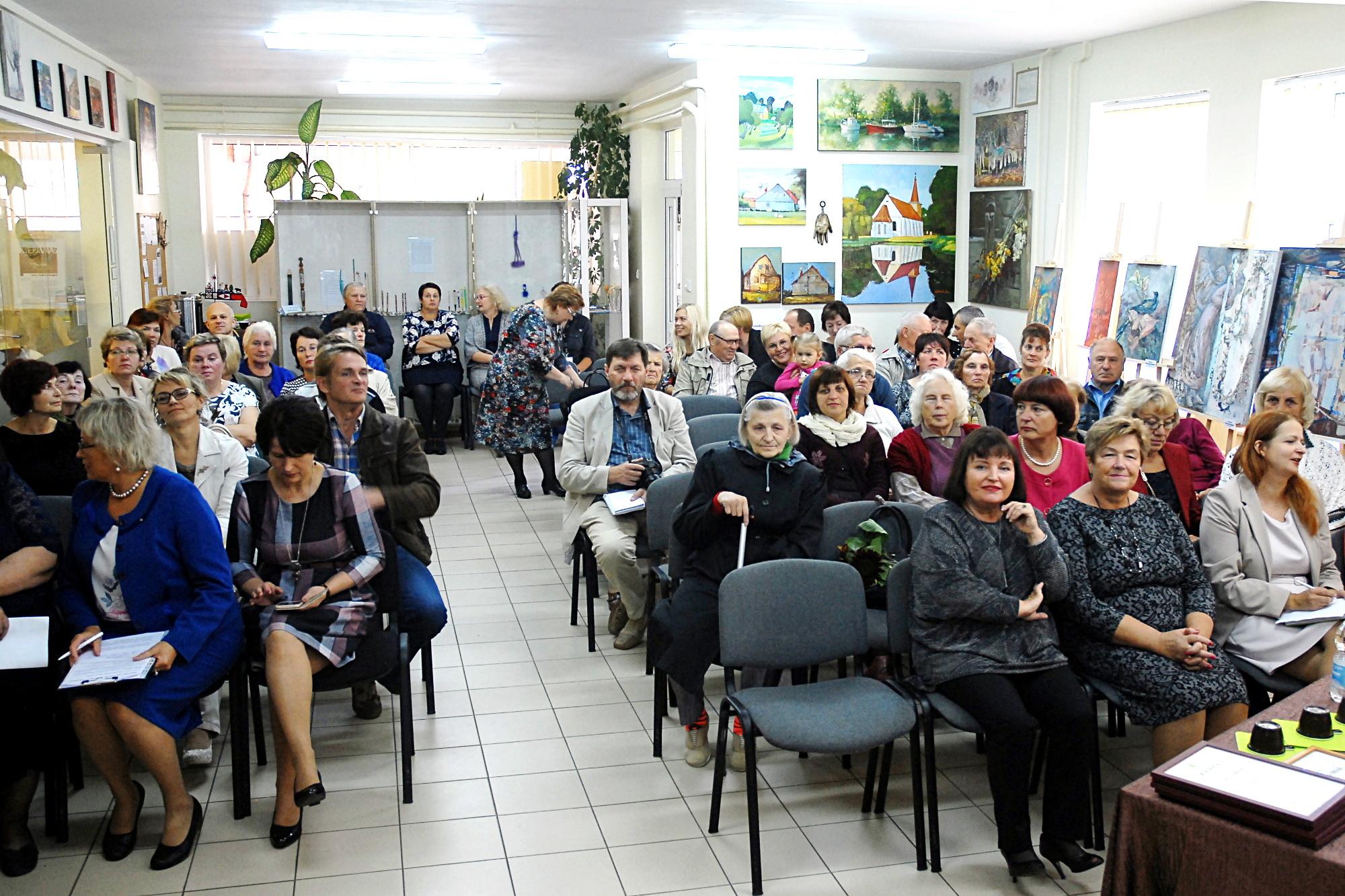 Minint KU Rusnės kasos dešimtąjį jubiliejų į Salos etnokultūros ir informacijos centrą susirinko Rusnės bendruomenės atstovai, unijos pajininkai. Šilutės KU nuotr.