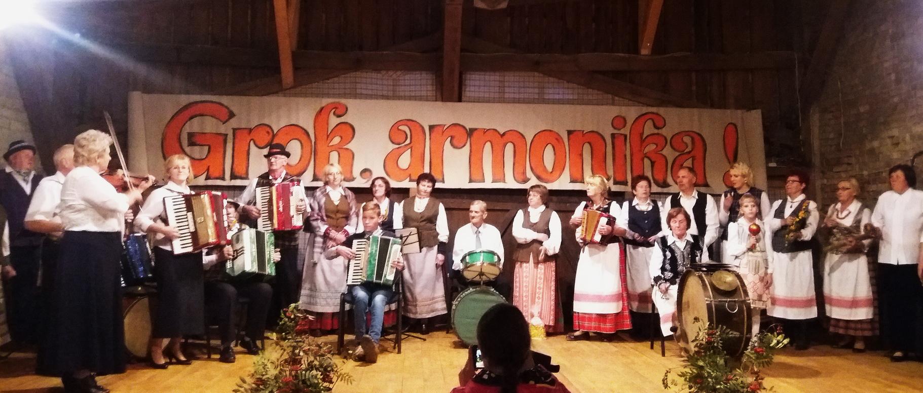 Groja ir dainuoja visi šventėje dalyvavę kolektyvai.