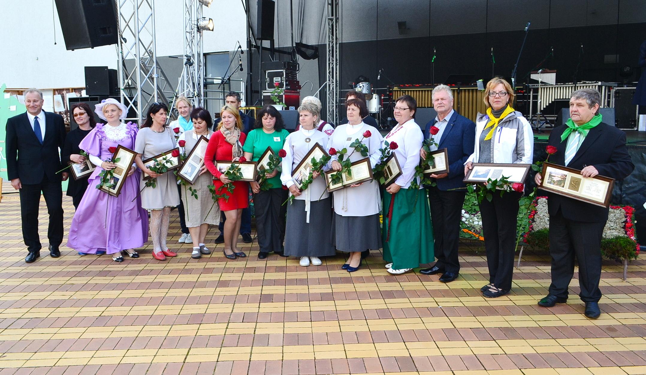 Bendruomenių vadovams meras Virginijus Komskis įteikė padėkas.
