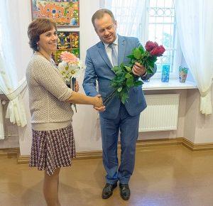 Gėlės parodos autorei.