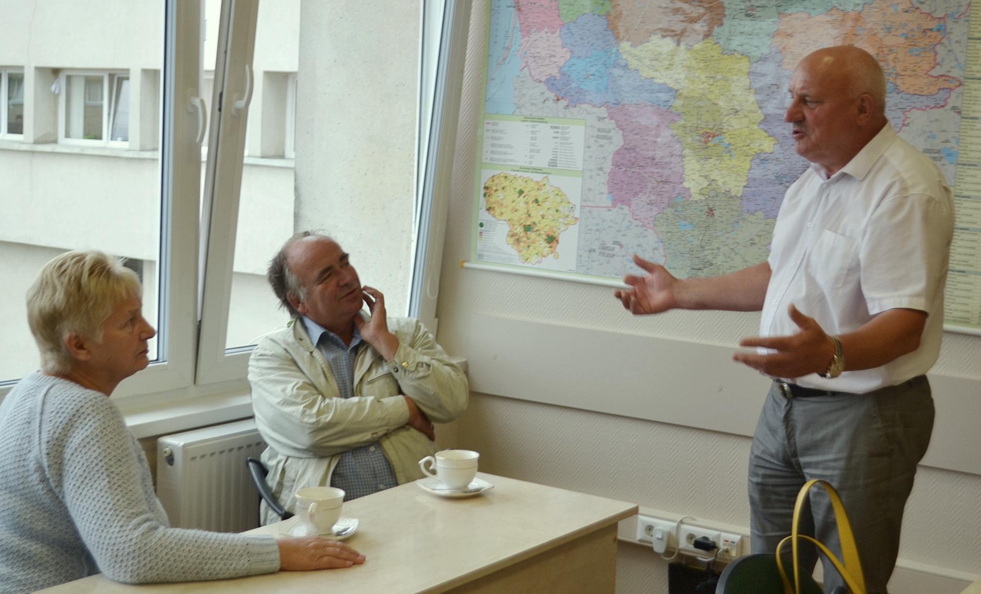 Valdžios Sigitas (Sigitas Šeputis), vos įėjęs į salę, rado kalbos su Stase ir Sigitu, bet ne apie kavą ir jos kainą.