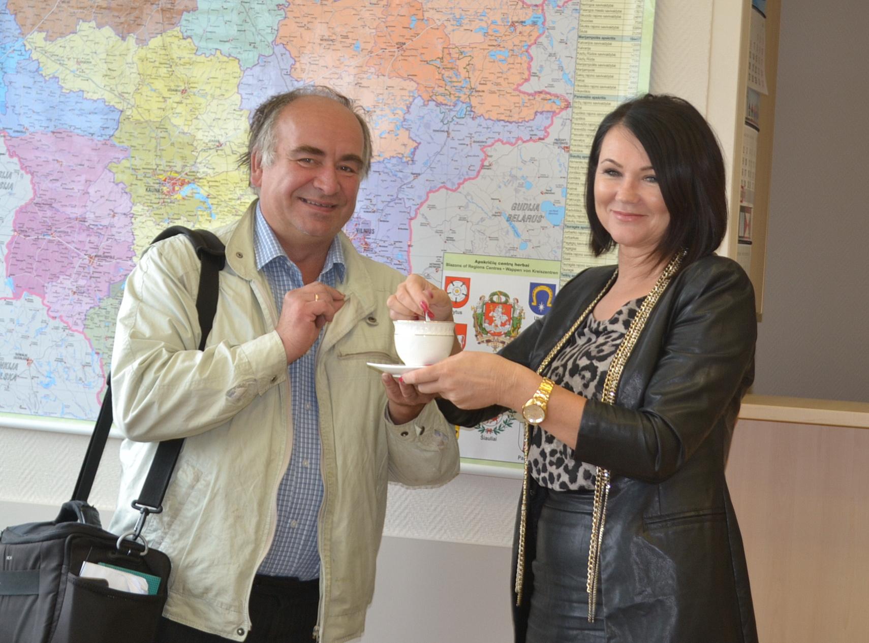 Žiniasklaidininkas Sigitas neatsispyrė mero referentės Loretos gundymui išgerti nemokamai kavos...