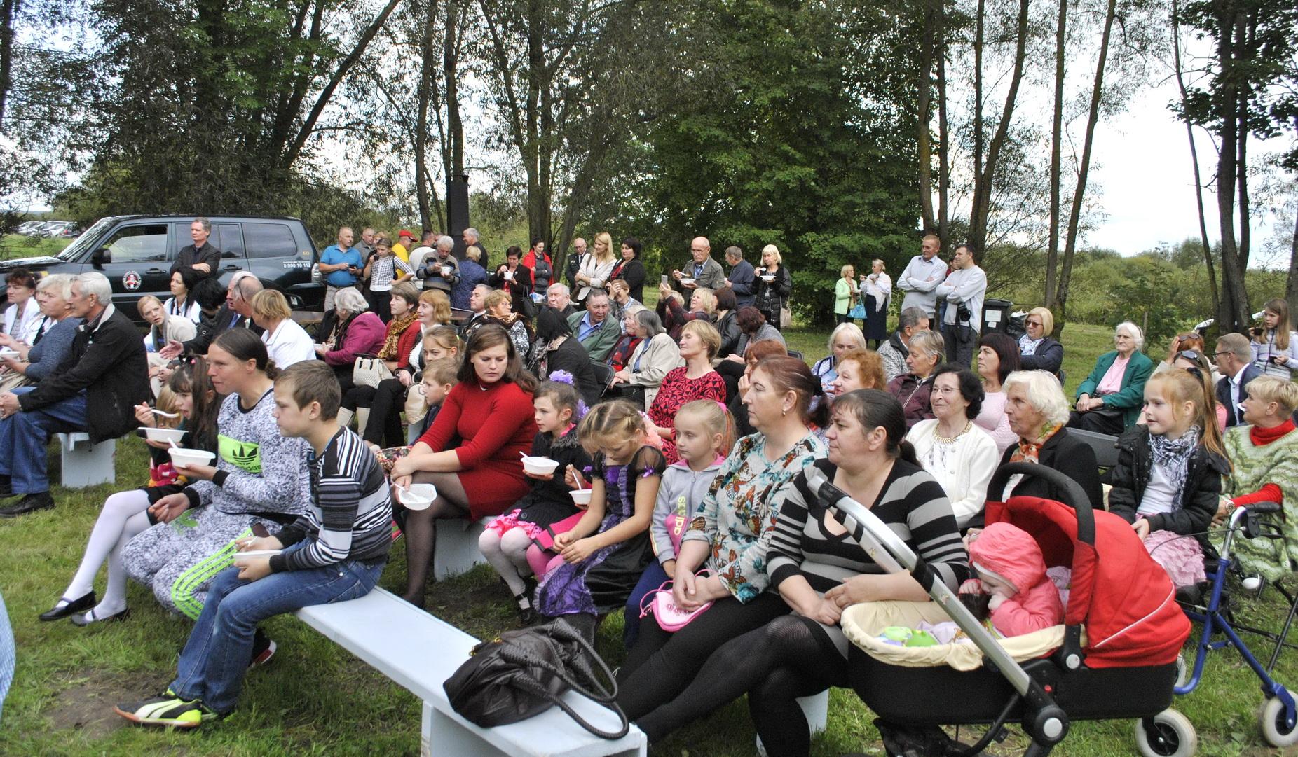 Štai koks būrys svečių ir vietos gyventojų susirinko į Plaškius.